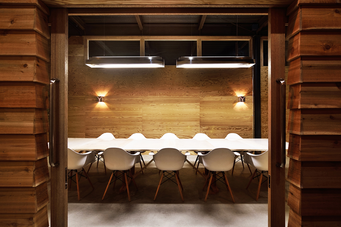 BoundAboutProject、オフィス、工場リノベーション、内装デザイン、神奈川、綾瀬、一級建築士事務所、建築家、インダストリアル、マイセット、針葉樹合板、レッドシダー、下見張り、エアロコンセプト、特注の照明器具