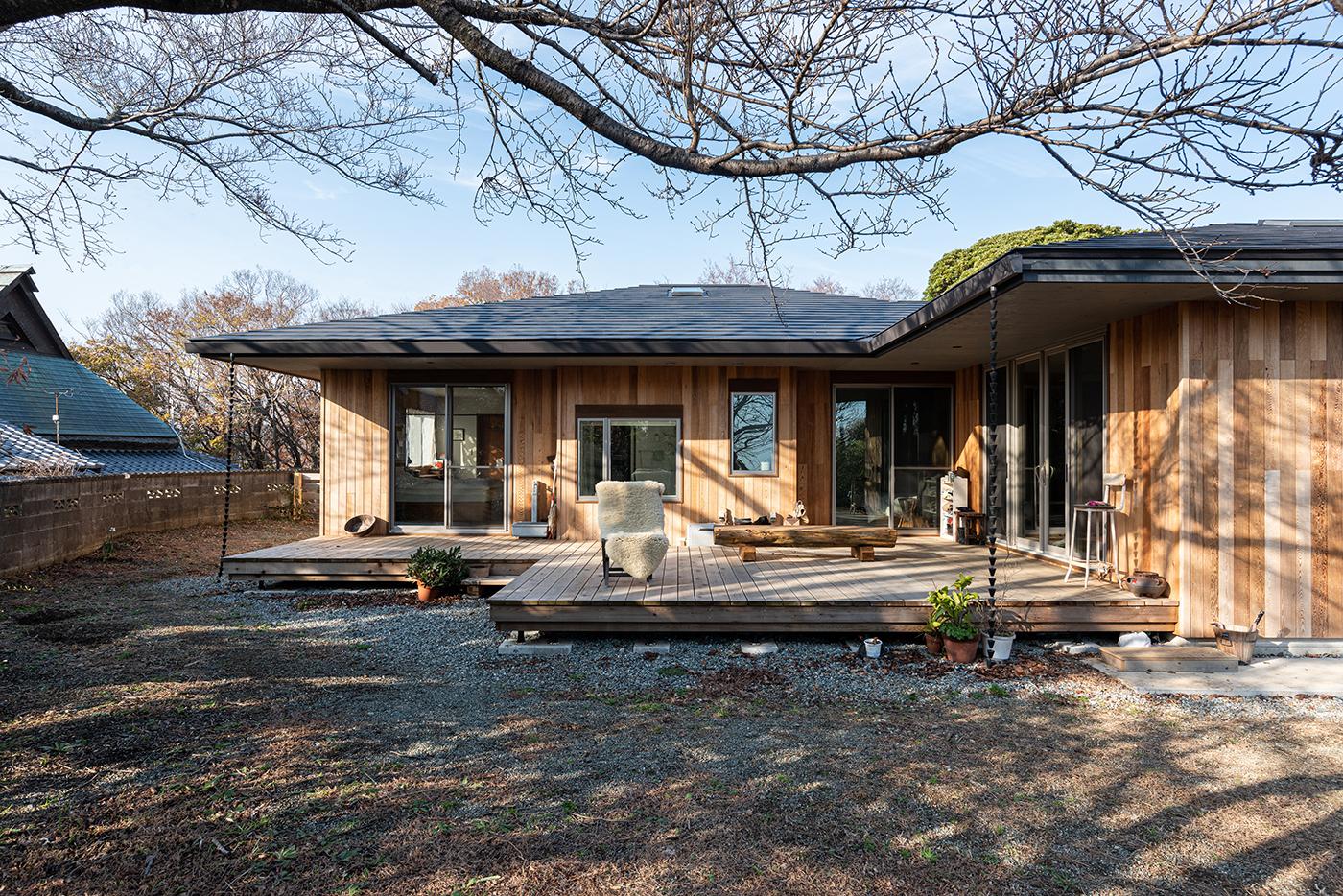平屋、外壁、レッドシダー、ウッドデッキ、設計事務所、建築家、大磯、神奈川