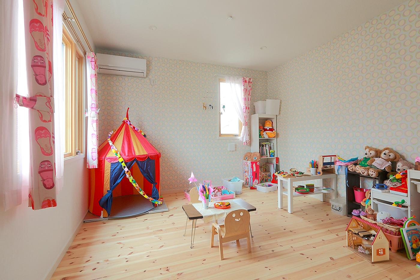 ツーバイフォー、新築、東京、一級建築士事務所、建築家、木製窓、木製ドア、マーヴィン、スクエア、デザイン、子供部屋、かわいい、パイン材、女の子の部屋