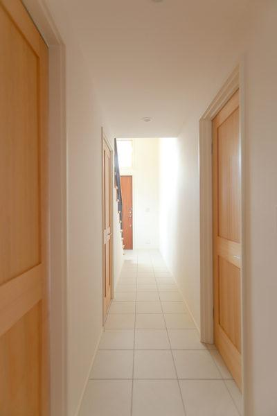 ツーバイフォー、新築、東京、一級建築士事務所、建築家、木製ドア、白いタイル、、デザイン、エントランス
