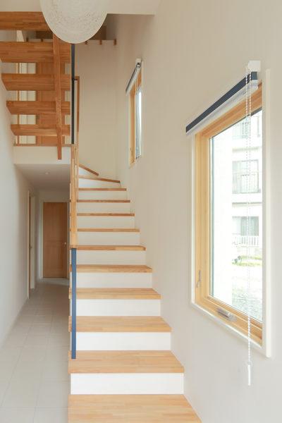 ツーバイフォー、新築、東京、一級建築士事務所、建築家、木製窓、マーヴィン、白いタイル、デザイン、エントランス