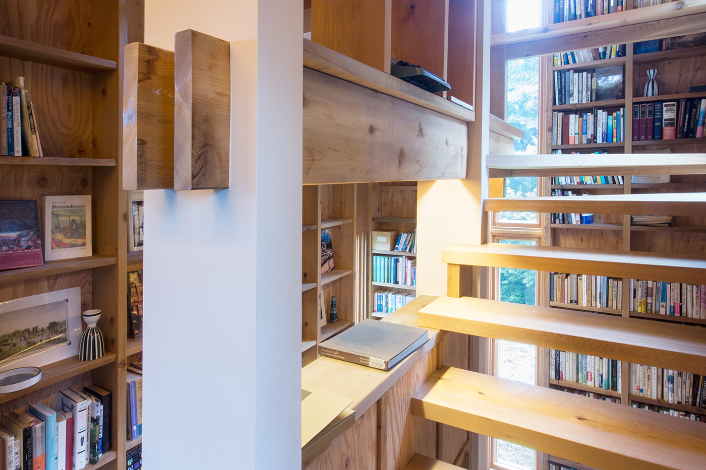 木造、個人図書館、書庫、書斎、増築、群馬、舘林、一級建築士事務所、建築家、レッドシダー、N&C、マーヴィン、木製窓、ストリップ階段、本棚
